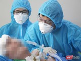 BS Trần Thanh Linh đang khám cho bệnh nhân 91 tại Khoa HSCC - BV Chợ Rẫy