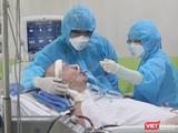 Các BS, nhân viên y tế đang chăm sóc bệnh nhân 91 tại Khoa Hồi sức cấp cứu BV Chợ Rẫy (Ảnh: BVCR)
