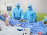 Từ trái sang: BS Nguyễn Tri Thức - Giám đốc BV Chợ Rẫy, BS Phạm Thị Ngọc Thảo - PGĐ và BS Phan Thị Xuân - Trưởng khoa HSCC BV Chợ Rẫy vào thăm bệnh nhân 91 (Ảnh: BVCR)