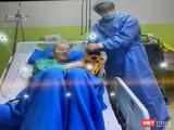 Cục trưởng Cục Quản lý Khám chữa bệnh, PGS.TS Lương Ngọc Khuê vào thăm bệnh nhân 91 (Ảnh: TH)