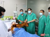 """Bệnh nhân 91 giao lưu với PGS Ts Lương Ngọc Khuê và nói """"Cảm ơn"""" bằng tiếng Việt (Ảnh: BVCR)"""