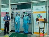 Nhân viên chuyên trách hướng dẫn và kiểm soát tất cả mọi người đến BV Nhi Đồng thành phố (Ảnh: BVCC)