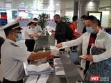 Kiểm dịch y tế tại sân bay Tân Sơn Nhất được thắt chặt và công tác cách ly tập trung làm tốt từ những ngày đầu chống dịch COVID-19 (Ảnh: TTKD)