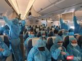 297 hành khách bị mắc kẹt ở Đà Nẵng vừa hạ cánh an toàn xuống sân bay Tân Sơn Nhất lúc 16h00 trên loại máy bay thân rộng hiện đại nhất (Ảnh: VNA)