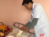 Bác sĩ Nguyễn Vũ Hoàng - Khoa Chỉnh hình Nhi, thăm khám chân cho cháu bé (Ảnh: BVCC)