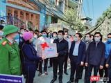 Bộ trưởng Nguyễn Thanh Long đi thăm các điểm cách ly chống dịch tại Quảng Ninh (Ảnh: BYT)