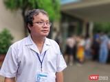 Bác sĩ Trương Hữu Khanh cảnh báo cha mẹ lưu ý biến chứng nguy hiểm của bệnh tay chân miệng (Ảnh: Hoà Bình)