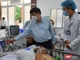 GS.TS Nguyễn Thanh Long - Bộ trưởng Bộ Y tế thăm bệnh nhân điều trị tại khu vực hồi sức thần kinh, Khoa đột quỵ, BVĐKTW Cần Thơ - Ảnh: BYT
