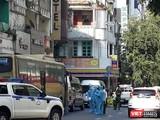 Lực lượng chức năng tiến hành khử khuẩn và đưa nhóm người Trung Quốc nhập cảnh trái phép đi cách ly - Ảnh: CSHS