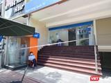 Phong toả chi nhánh một ngân hàng tại quận 7 nơi BN dương tính với COVID-19 làm việc - Ảnh: CDC TP.HCM
