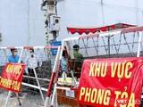 Lực lượng chức năng vừa phong tỏa khu Mả Lạng (phường Nguyễn Cư Trinh, quận 1, TP.HCM) vì một ca dương tính chưa rõ nguồn lây - Ảnh: TTBC