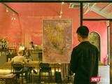 Hứa Vĩ Văn triển lãm hội họa giữa mùa dịch COVID-19 hoành hành dữ dội, khách tham dự phải đảm bảo công tác phòng dịch (Ảnh: NI)