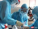 Lấy mẫu xét nghiệm trong vùng phong toả vì BN COVID-19 (Ảnh: HCDC)