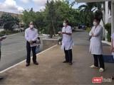 Giám đốc BV Bệnh Nhiệt đới - BS Nguyễn Văn Vĩnh Châu báo cáo với đoàn Bộ Y tế, do Thứ trưởng Nguyễn Trường Sơn dẫn đầu - Ảnh Khôi Nguyễn