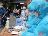 Điều tra dịch tễ và lấy mẫu xét nghiệm cư dân trong vùng phát hiện bệnh nhân - Ảnh: CDC TP.HCM
