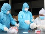 Lấy mẫu xét nghiệm trong khu vực phát hiện bệnh nhân mới (Ảnh: HCDC)