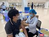 Chiến dịch tiêm chủng COVID-19 lớn nhất đang được thực hiện cho cán bộ nhân viên TP.HCM - Ảnh: BYT