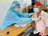 Khám sàng lọc trước khi tiêm chủng COVID-19 cho người dân - Ảnh: HCDC
