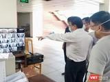 Đoàn kiểm tra khu cách ly tập trung tại Trường Đại học Ngoại ngữ - Tin học TP.HCM - Ảnh: Hoài Thương