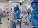 Nhân viên y tế lấy mẫu xét nghiệm giám sát tại Khu chế xuất Tân Thuận. Ảnh: Trung tâm Y tế Quận 7