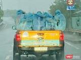 Đoàn công tác đến lấy mẫu xét nghiệm COVID-19 cho các quận, huyện đội mưa Sài Gòn đi chống dịch - Ảnh: CTV