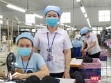 """Chị Lê Thị Ngọc Thạnh (đứng) và nữ công nhân Phạm Thị Trinh, người đã gửi con nhỏ về quê, tình nguyện """"ba tại chỗ"""" để giữ dây chuyển sản xuất"""