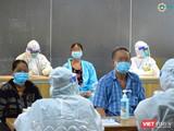 Nhân viên y tế tại Bệnh viện dã chiến số 5 đón bệnh nhân vào điều trị COVID-19 (Ảnh: HCDC)