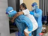 Chuyển trường hợp nguy kịch ra xe cứu thương để đi cấp cứu (Trung tâm Y tế TP Thủ Đức)