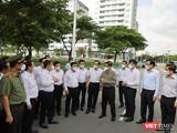 Thủ tướng và đoàn công tác trong chuyến thị sát khu cách ly tại ký túc xá Đại học Quốc gia TP.HCM, TP Thủ Đức. Ảnh: Huyền Mai