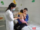 Thăm khám cho trẻ mắc sởi tại Bệnh viện Bệnh nhiệt đới Trung ương