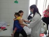 Bác sĩ khám cho trẻ nhỏ mắc sởi