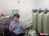 TS. Lê Thanh Hải tại căn phòng thực nghiệm khoa học về hệ thống lọc nước RO của Bệnh viện đa khoa tỉnh Hòa Bình.