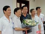 Nhóm bác sĩ của Bệnh viện Phụ sản Trung ương chụp ảnh lưu niệm cùng người nhà sản phụ sau khi mổ.