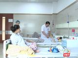 PGS.TS. Phạm Bá Nha – Trưởng khoa Phụ Sản, Bệnh viện Bạch Mai khám cho các thai phụ tại Khoa.