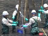 Đoàn chuyên gia Nhật lắp máy xử lý nước công nghệ nano tại sông Tô Lịch (Hà Nội) vào tháng 5/2019.