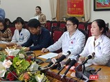 Bà Trần Liên Hương - Phó Giám đốc Bệnh viện Đa khoa Xanh Pôn và đồng nghiệp đại diện trả lời báo chí.