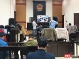 Phóng viên có mặt tại phòng dự khán để lắng nghe phiên xét xử sơ thẩm vụ Mobifone mua 95% cổ phần Công ty AVG.