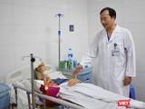 Bác sĩ Vũ Xuân Hùng thăm khám cho bệnh nhân.