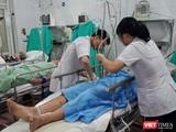 Bác sĩ của Bệnh viện Hữu nghị Việt Đức cấp cứu cho nạn nhân tai nạn giao thông.