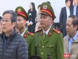 Cựu Bộ trưởng Nguyễn Bắc Son (áo khoác xanh) và Cựu Bộ trưởng Trương Minh Tuấn (áo khoác xám) tại phiên tòa sáng nay.