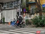 Phố Trúc Bạch - nơi sinh sống của người mắc SARS-CoV-2 thứ 17 của Việt Nam đang sinh sống đã bị phong tỏa, cách ly từ tối 6/3. Ảnh: Anh Lê.