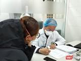 Bác sĩ thăm khám sức khỏe cho bệnh nhân. Ảnh: Minh Thúy