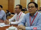 GS.TS. Tạ Thành Văn – Hiệu trưởng Trường Đại học Y Hà Nội (bìa phải) cùng đại diện BGH nhà trường.