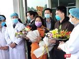 Bệnh nhân được công bố khỏi bệnh tại Bệnh viện Bệnh Nhiệt đới Trung ương cơ sở 2. Ảnh: Minh Thúy