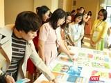 Giáo viên và phụ huynh học sinh xem bản mẫu sách giáo khoa. Ảnh minh họa: Minh Thúy.