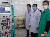 Ông Masuda Chikahiro - Trưởng Văn phòng chi nhánh JICA Việt Nam tại TP. Hồ Chí Minh (người thứ nhất, từ phải qua) - trao tặng máy ECMO cho BS. Nguyễn Trí Thức - Giám đốc Bệnh viện Chợ Rẫy (người đứng giữa). Ảnh: JICA.