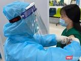 Sáng 8/3, những mũi vaccine COVID-19 của hãng AstraZeneca đã được tiêm cho những người trên tuyến đầu chống dịch, trong đó có các cán bộ y tế.