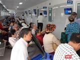 Chỉ mới 7h sáng, rất đông người chờ đến lượt khám bệnh