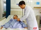 Người đàn ông 60 tuổi đang được bác sĩ điều trị