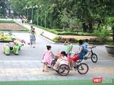 Trẻ vui chơi tại công viên. Ảnh: Minh Thúy